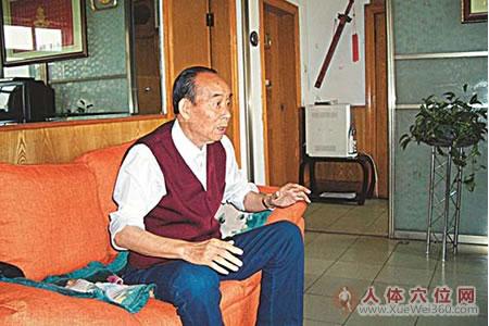 按摩让一个九十岁老人的白发变黑发,头发长出来!