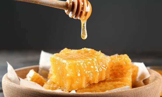 老人食用蜂蜜保健功效大 适合老年人食用的蜂蜜菜谱